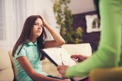 Psiquiatra que diagnostica al adolescente con problema mental Fotografía de archivo