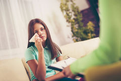 Psiquiatra que diagnostica al adolescente con problema mental Imagen de archivo libre de regalías