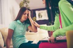 Psiquiatra que diagnostica al adolescente con problema mental Foto de archivo