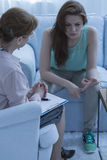 Psiquiatra que escucha pacientemente su paciente fotografía de archivo libre de regalías