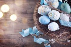 Påsk Färgrika blåa ägg i redet Fotografering för Bildbyråer