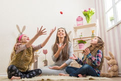 Påsk - kastade moder och två dotterchokladägg Arkivfoton