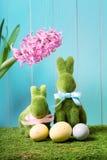 Påskkaniner med ägg och hyacintblomman Arkivfoton