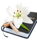 Påsklilja och bibel Arkivfoto