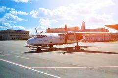 Pskov Avia linii lotniczych Antonov An-26B samolot parkuje przy parking w Pulkovo lotnisku międzynarodowym w Petersburg, Rosja Obraz Stock