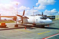 Pskov Avia linii lotniczych Antonov An-26B samolot parkuje przy Pulkovo lotniskiem międzynarodowym w Petersburg, Rosja Zdjęcia Stock