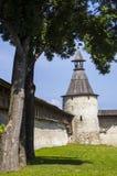 Pskov den forntida fästeväggen och fästningen står högt Arkivfoton