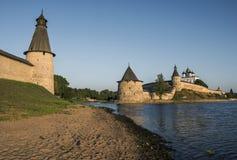 Pskov der Kreml beim Zusammenströmen von zwei Flüssen, beim großen und bei Psk Stockbild