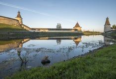 Pskov der Kreml von der Seite des Pskova-Flusses bei Sonnenaufgang Stockfotos
