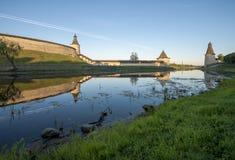 Pskov der Kreml von der Seite des Pskova-Flusses bei Sonnenaufgang Lizenzfreie Stockbilder