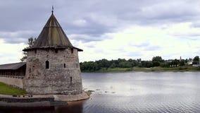 Pskov der Kreml am Zusammenströmen von zwei Flüssen, das große stock video