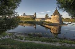 Pskov der Kreml am Zusammenströmen von zwei Flüssen Velikaya und Pskov Stockbild