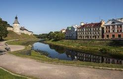 Pskov-Festung und goldener Damm auf dem Fluss Pskov Lizenzfreie Stockfotos