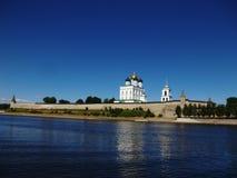 Pskov het Kremlin in de middag Mening van de Velikaya-Rivier royalty-vrije stock foto's