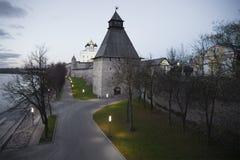 Pskov het Kremlin in de oktober-schemer Stock Afbeeldingen