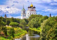 Pskov het Kremlin en Drievuldigheidskerk, Pskov, Rusland royalty-vrije stock foto's