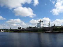 Pskov het Kremlin op de Grote rivier Rusland Stock Afbeeldingen