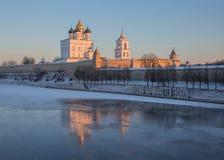Pskov Kreml i vintern i de första strålarna av solen Arkivfoto