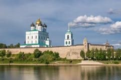 Pskov Kreml (Krom) och den ortodoxa domkyrkan för Treenighet, Ryssland Arkivfoton