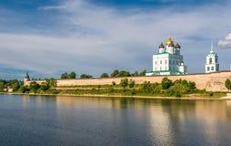Pskov Kreml (Krom) och den ortodoxa domkyrkan för Treenighet, Ryssland Arkivfoto