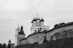 Pskov Kreml med ortodoxa kyrkor Fotografering för Bildbyråer