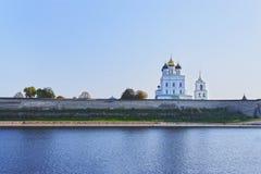 Pskov Kreml och den ortodoxa domkyrkan för Treenighet, Ryssland Royaltyfri Foto