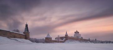 Pskov Kremlin centre historique et architectural de Krom - de la ville russe antique Pskov dans l'horaire d'hiver Vue du F photos stock