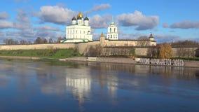 Pskov Kremlin Día asoleado de octubre Pskov, Rusia almacen de metraje de vídeo