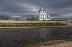 Pskov Kremlin Heilige Dreiheit-Kathedrale Lizenzfreie Stockfotos