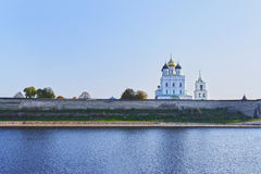 Pskov Kremlin i trójcy ortodoksyjna katedra, Rosja Zdjęcie Royalty Free