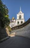 Pskov Kremlin Kathedrale der Heiligen Dreifaltigkeit und Glockenturm Lizenzfreie Stockfotos