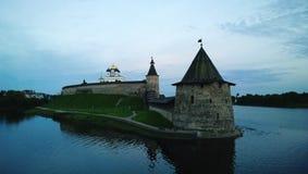 Pskov Kremlowski półmrok - góruje i ściana forteca zdjęcie stock