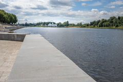 Pskov, lato deptak na tle rzeka i Mirozhsky monaster Obrazy Royalty Free