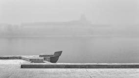 Pskov, mañana brumosa el río, en un fondo gris Foto de archivo