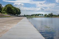 Pskov, passeio do verão no fundo do rio e do monastério de Mirozhsky Imagens de Stock Royalty Free