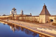 Pskov Primavera Pescadores en el muelle del río grande fortalecimiento fotos de archivo libres de regalías