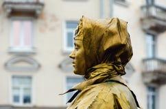 PSKOV ROSJA, Marzec, - 10, 2019: żywa statuy młoda kobieta malująca w złocie Rosyjski kostium zdjęcie stock