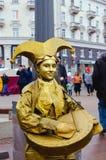 PSKOV ROSJA, Marzec, - 10, 2019: żywa statuy młoda kobieta malująca w złocie Rosyjski kostium obraz stock
