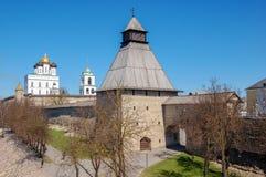 pskov russia Pskov Kreml, sikt från yttersidan arkivbilder