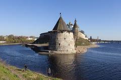 PSKOV RYSSLAND - APRIL 24, 2014: Foto av den Pskov Kreml på floden utmärkt Royaltyfri Foto