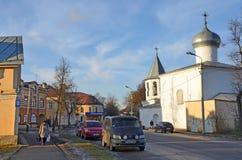 Pskov Ryssland, December, 31, 2017 Bilar på den Karl Max gatan nära kyrkan av interventionen från den marknadsplatsPokrova naen t arkivbild