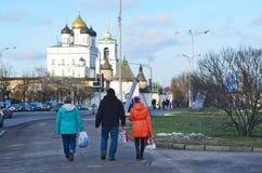 Pskov Ryssland, December, 31, 2017 Folk som går nära den forntida Pskov kremlin och Svyato-Troitsky domkyrkan fotografering för bildbyråer