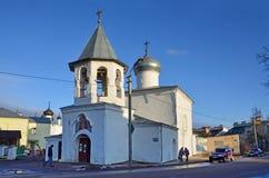 Pskov Ryssland, December, 31, 2017 Folk som går nära kyrkan av interventionen från den marknadsplatsPokrova naen Torgu, 17t arkivfoton