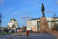 Pskov Ryssland, December, 31, 2017 Kvinna som går på den Lenin fyrkanten i Pskov i vinter royaltyfri fotografi