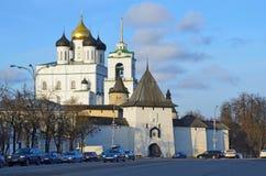 Pskov Ryssland, December, 31, 2017 Många bilar near den forntida Pskov kremlin och Svyato-Troitsky domkyrkan royaltyfri bild