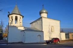 Pskov Ryssland, December, 31, 2017 Röd bil nära kyrkan av interventionen från den marknadsplatsPokrova naen Torgu, 17th centu royaltyfria foton