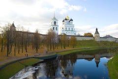 Pskova河和普斯克夫克里姆林宫在一多云10月天 俄国 免版税库存照片