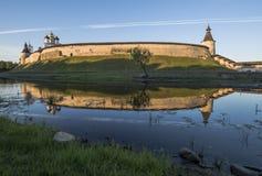 从Pskova河的边的普斯克夫克里姆林宫日出的 库存照片