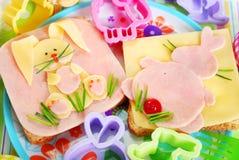 Påsksmörgåsar med kaninen för ungar Arkivbilder