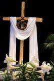 Påskuppståndelse - liljor, kors och krona av taggar Arkivfoton